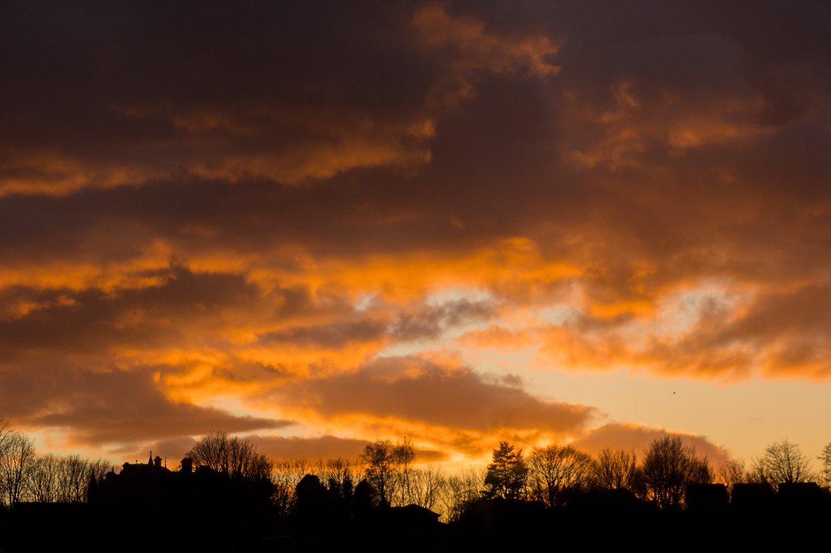 Last nights sunset from my bedroom window.#sunset #stirling #StayAtHomeAndStaySafepic.twitter.com/GKyk4YYIR7