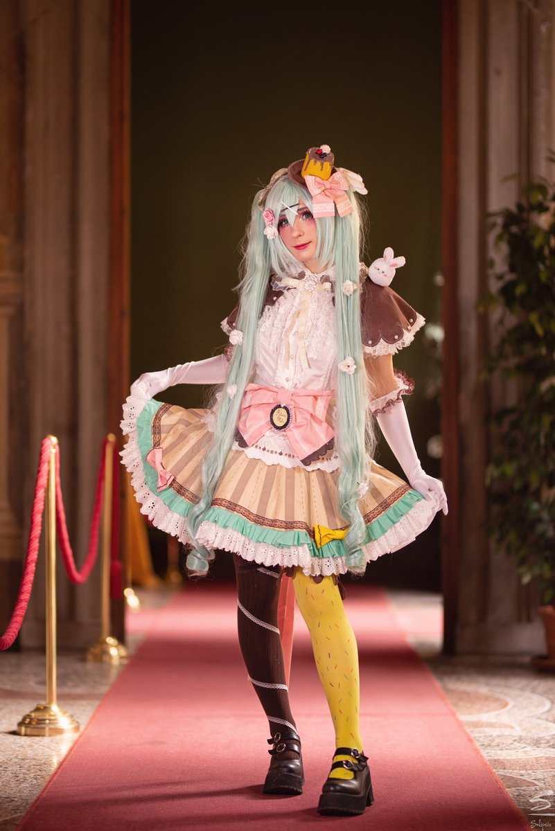 Ahh, just one bite won't be enough!  #mikuhatsune #cosplay #sweets pic.twitter.com/VTZycTJAeA
