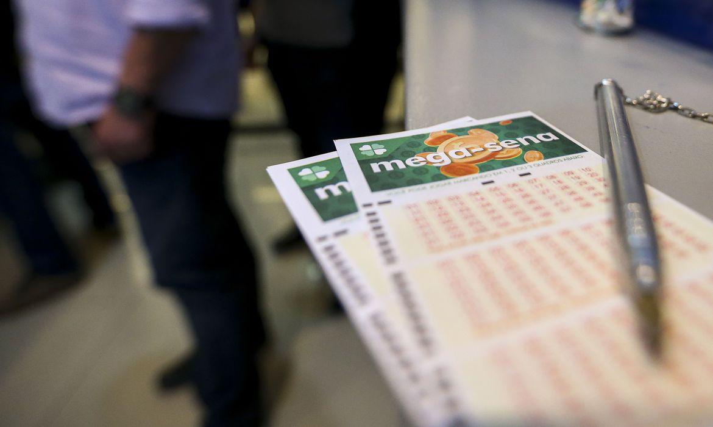 Nenhuma aposta acertou as seis dezenas do concurso 2.247 da #megasena  e a estimativa do prêmio para o próximo sorteio é R$ 4,8 milhões.    Saiba mais:  https://bit.ly/2QRIH5m   📷