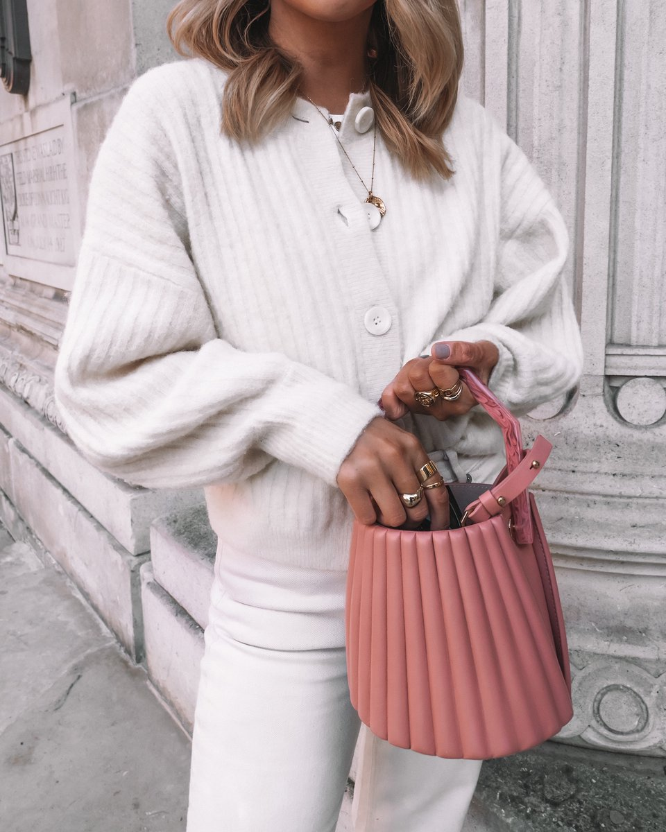 Add a pop of pink with the Alez Bucket Bag. | Photo credit: @coppergarden #LouiseEtCie #bloggerstyle pic.twitter.com/aXR6hnLDMk