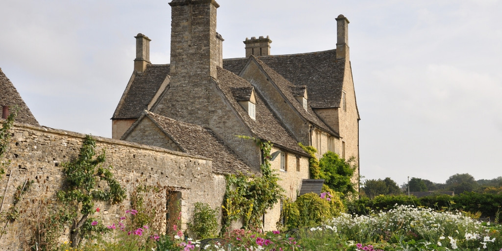 """""""@ExperienceOx"""" The 13th Century manor house and farm @CoggesWitney in the #Oxfordshire #Cotswolds, was used as the set of Yew Tree Farm in series 4, 5 and 6 of #DowntonAbbey! #ExperienceOxpic.twitter.com/vE7lFidOP8"""