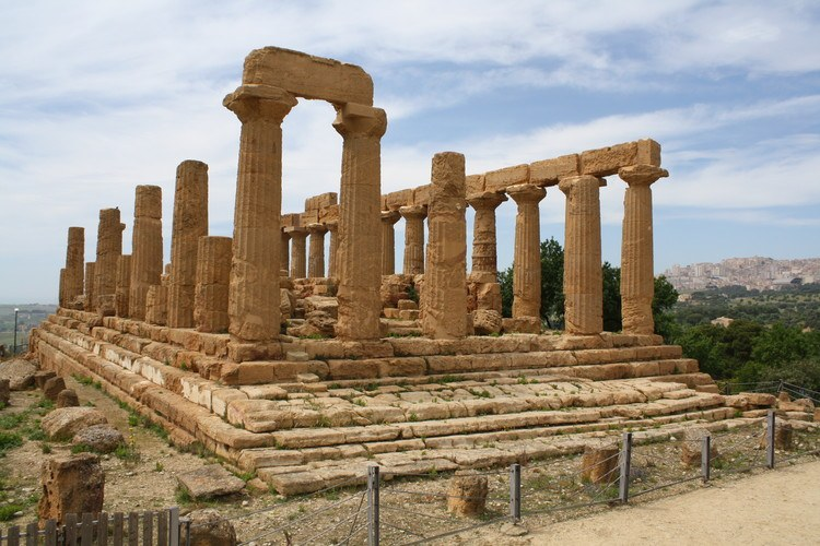 The Temple of Juno (Hera) at Agrigento, Sicily. Built between 450 and 440 BCE, the temple once had six columns on each facade and 13 along the long sides. http://ancient.eu/image/2625/temple-of-juno-agrigento/ … @_MiBACT  #ArTYouReady #EmptyMuseum pic.twitter.com/DSgEzww1DC