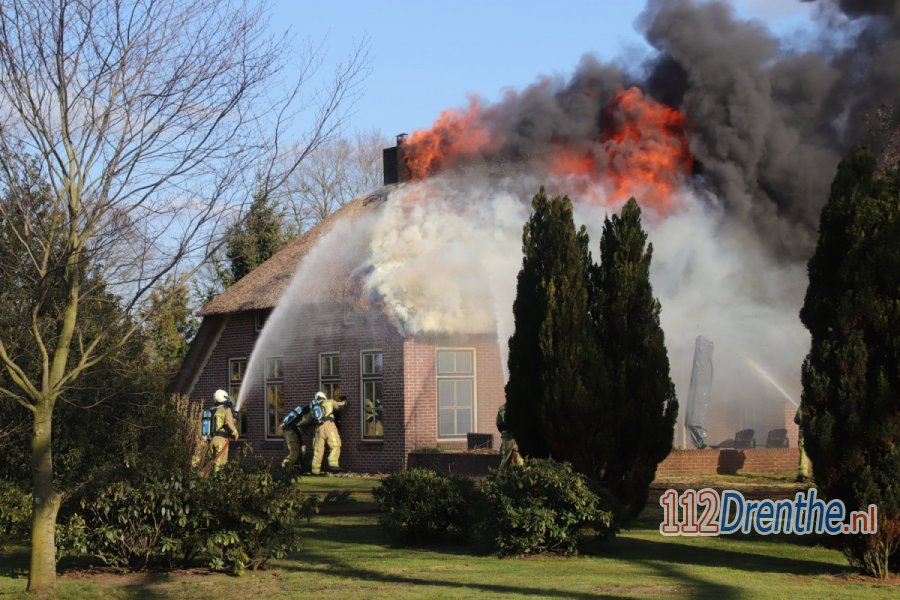 Grote uitslaande brand in rietgedekte woonboerderij in #Ruinen. 112Drenthe.