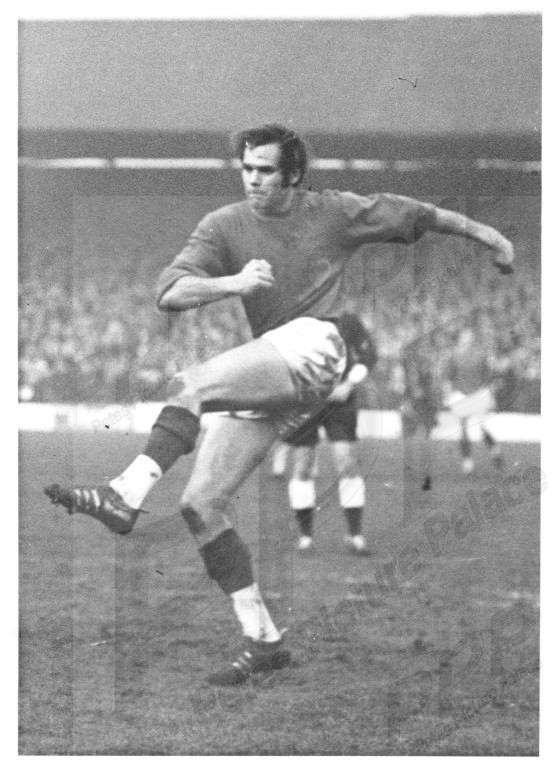 Press photo - long throw specialist Bobby Woodruff in action in January 69, scored 11 goals in 30 games in this promotion season and 48 goals in his #cpfc career. Played under manager Bert Head at #Swindon and #Palace signed him from #Wolves in 1966. Scored here at #AshtonGate pic.twitter.com/AkTELbb63h