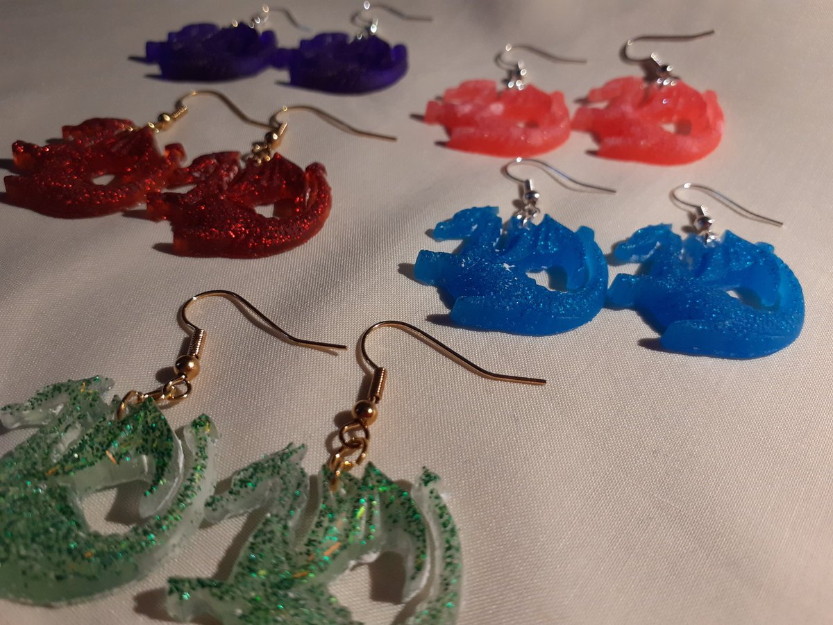I casted some resin castles and dragons and put them on earrings like the #cute wee thing I am pic.twitter.com/N2Ne6TavJI