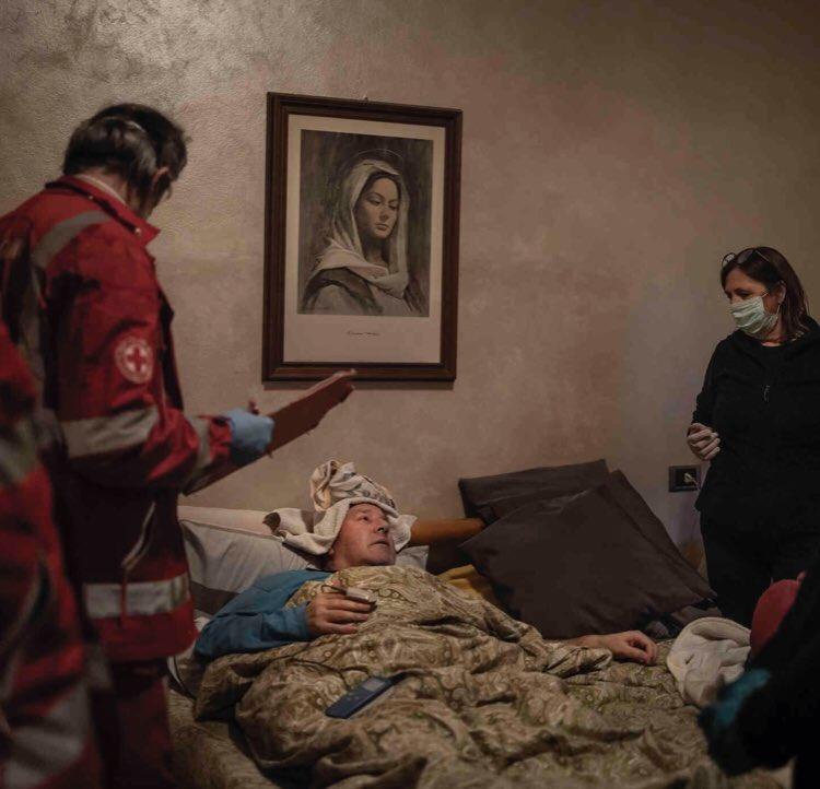 Trabajadores de la Cruz Roja atienden a un paciente contagiado por el COVID19 en Bérgamo, Italia \ Foto de Fabio Bucciarelli para The New York Times