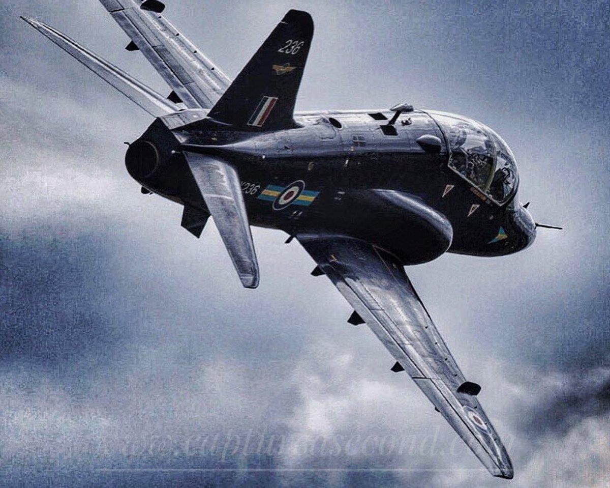 208 Sqn Hawk up close and personal. #photooftheday #raf #hawk #208 #white #blue #black #clouds #airtoair #aviation #avgeek #captureasecondpic.twitter.com/jBqNpUnMZU