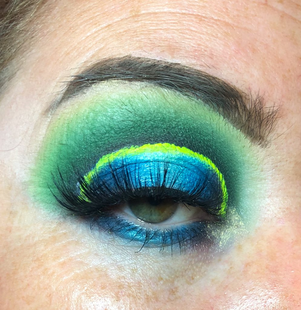 Used the @bperfectcosm #staceymarie #carnivalxlpro palette and @LashesByLucy1 style #effortless. It's not my greatest but the halo is kinda cutepic.twitter.com/SRrcgsvkUv