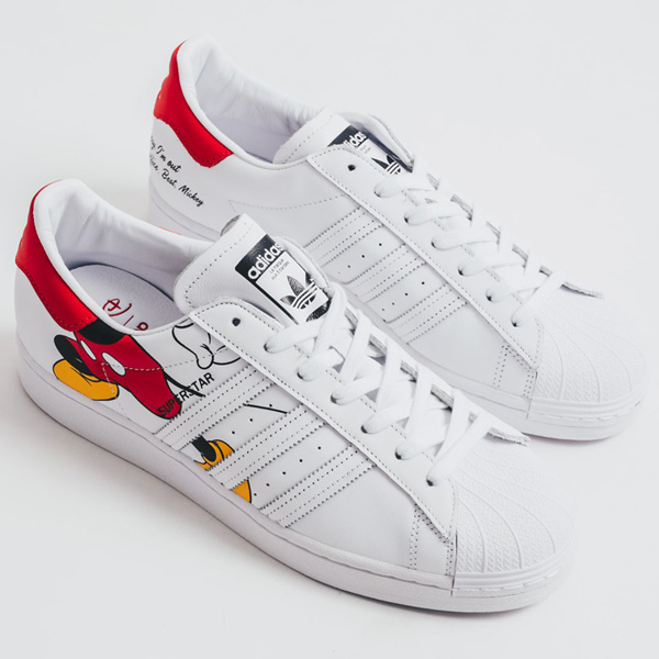 Ending very late TONIGHT at 11:59 pm PT, select sizes for the @Disney Mickey adidas Superstar are 30% OFF at $84 + FREE shipping. BUY HERE -> bit.ly/32cqlAB (promotion - use code MARCH30 at checkout)