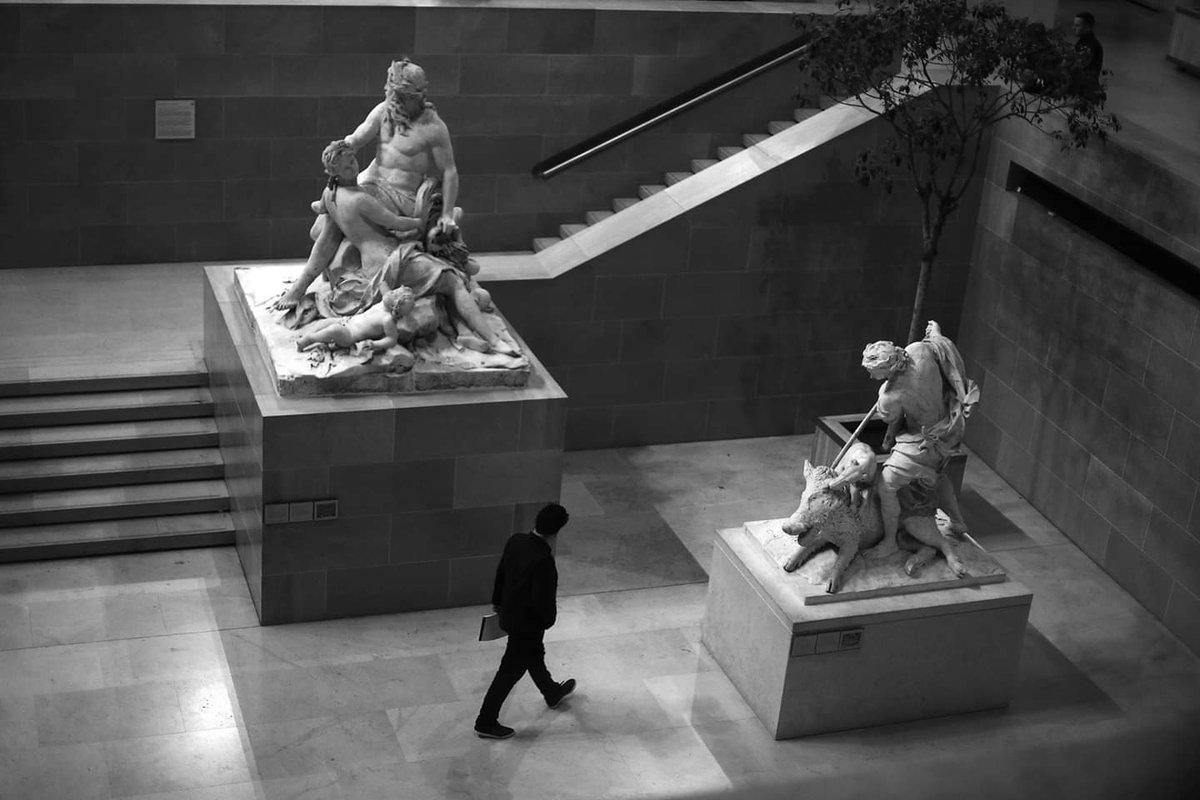 Between the sculptures #streetphotography #blackandwhite #street #Paris #pascalcolin #canon #50mmpic.twitter.com/6La62Xm0xs