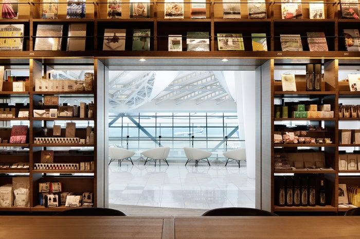 「羽田空港 蔦屋書店」スタバ併設ブックカフェが空港第2ターミナルに誕生#本 #羽田空港 #スターバックス▼写真・記事詳細はこちら