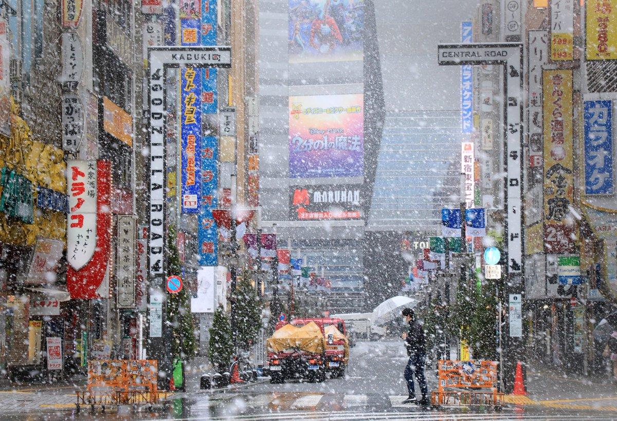 2020.03.29 #shinjuku は雪でした。新型コロナウイルス感染拡大を防ぐため外出自粛の呼び掛けもあり人がほとんど居ませんでした。#snow #kabukicho #tokyo #covid_19 #avoid https://www.tokyo-np.co.jp/article/national/list/202003/CK2020033002000105.html…pic.twitter.com/ENayr8G8qS