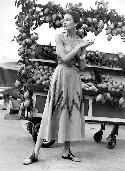 ∎   Model in a poplin halter dress.  Italy 1953  © U𝖓k𝖔𝖜𝖓 𝖕𝖍𝖔𝖙𝖔𝔤𝖗𝖆𝖕𝖍𝖊𝖗  #Italia pic.twitter.com/GK3uHm13u5