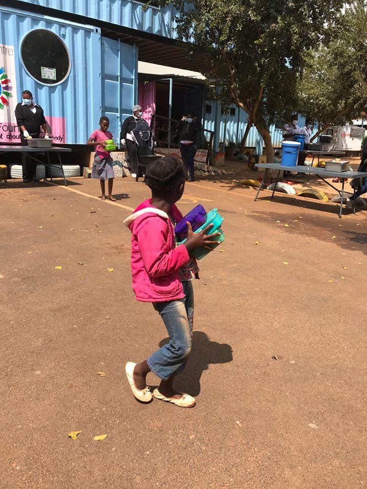 Sinds afgelopen donderdag geldt in Zuid-Afrika een complete lockdown om het Coronavirus tegen te gaan.  Bij ons Mount Olive project worden kinderen alsnog voorzien van eten. Hierbij worden uiteraard veiligheidsmaatregelen getroffen. #zuidafrika #covid19 #corona #lockdown #impact https://t.co/PgwAVgGMZ7