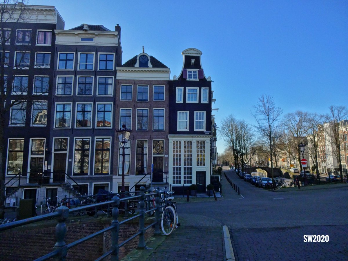 Early morning view from the Keizersgracht in #Amsterdam with the Reguliersgracht on the right pic.twitter.com/QjB54UYupd
