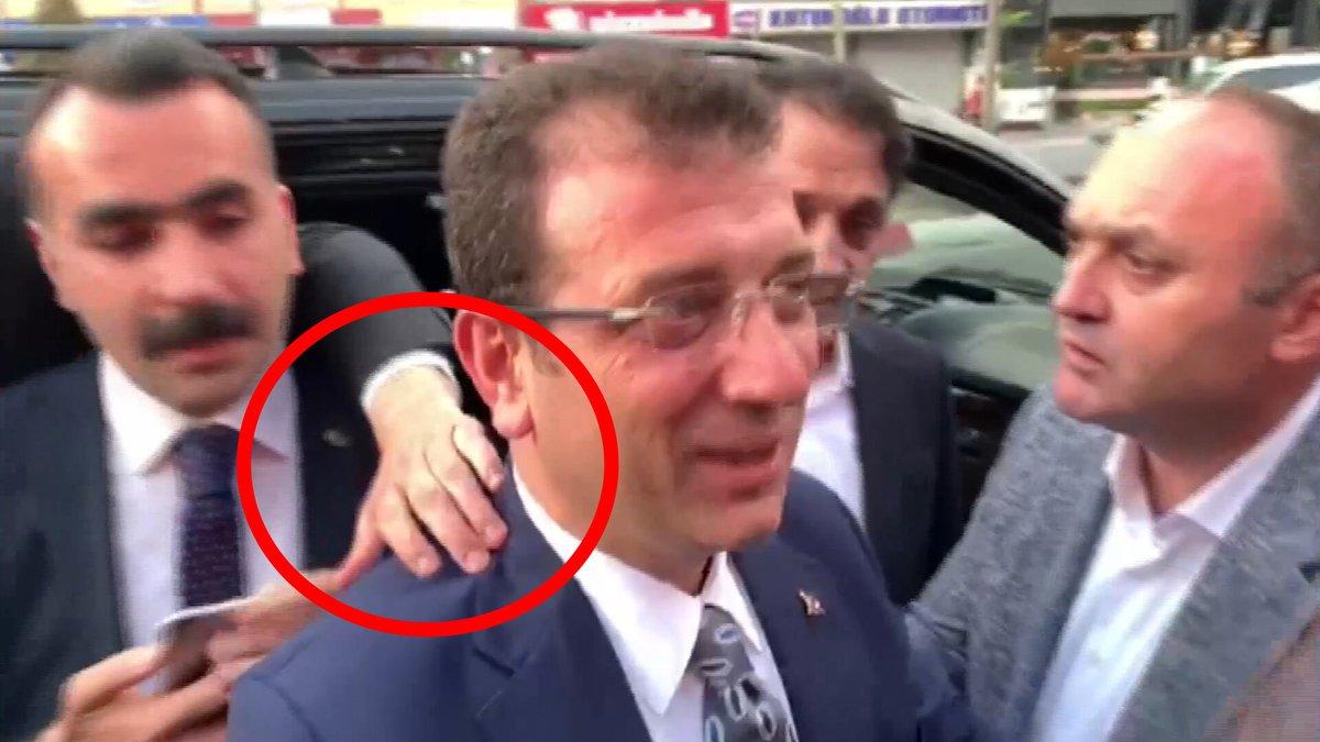 Bu konuya daha önce hiç girmedim, ne anlama geldiğine değinmiş olayım; 1⃣ O el, bir belediye başkanının boynuna, ensesine uzanacak, dokunacak kadar basit birine ait... 2⃣Boynuna, ensesine her elin ulaşabileceği basit bir belediye başkanıyla karşı karşıyayız...