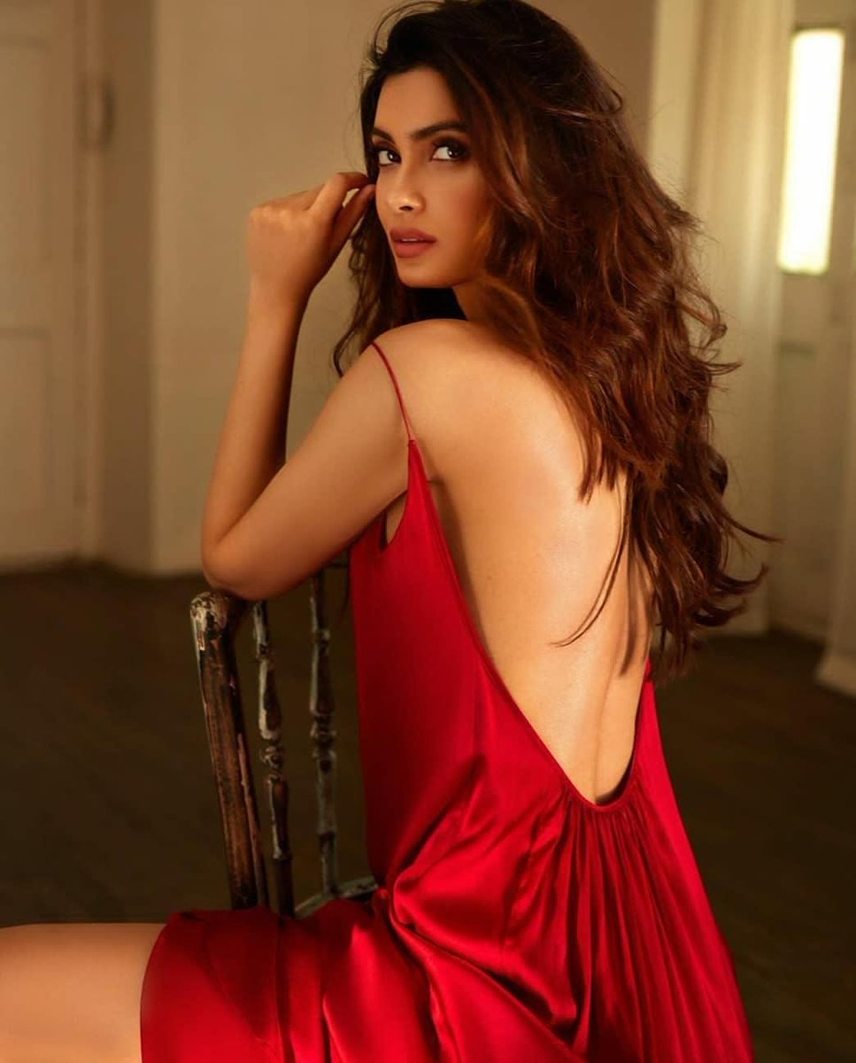 #DianaPenty is raising the mercury with this picture. pic.twitter.com/fXJJFKwYLu