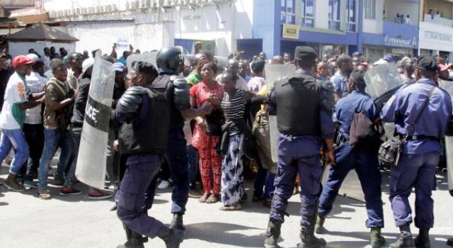 Kinshasa:Affrontement entre la police et les adeptes de Ne Muanda Nsemi ce lundi matin.    Pour plus d'infos téléchargez gratuitement Lubum RdcM infos sur                   #RDC #Kinshasa #Congo #Lubumbashi #Monde #Info #Top News