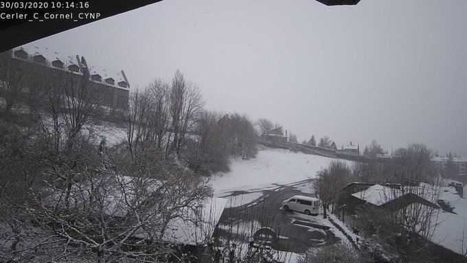 Buenas. Frío. -9.5C° en Respomuso pero poca nieve en el valle, parecido en la zona de Somport. En el Pirineo central buena nevada que ha saltado la divisoria. Imágenes de Cerler y Vielha. @CyNPirineos y https://t.co/KD24iiO32P
