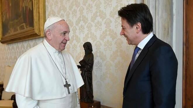 El Papa, con Conte