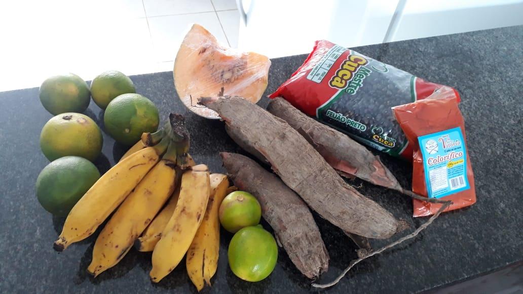 @jairbolsonaro @MEC_Comunicacao @governofederal @helderbarbalho  Essa é a cesta q o prefeito de Paragominas no Pará está entregando pras crianças.  Muitas dessas verduras foram entregues podres  . VERGONHA! O MELHOR foi pra mesa delepic.twitter.com/UaznSYgDCN
