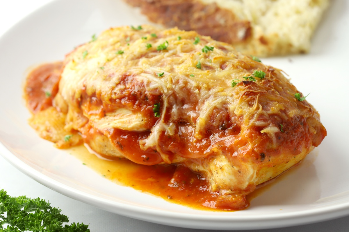 Pizza Stuffed Chicken is an easy, five ingredient meal that the entire family will love. Chicken breasts are stuffed with mozzarella cheese and pepperoni, then topped with pizza sauce and baked in the oven.  Recipe: https://thetoastykitchen.com/pizza-stuffed-chicken/ …  #recipe #dinner #dinnerideaspic.twitter.com/rdgmPRzwEJ