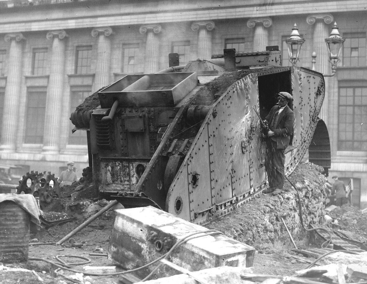 A man dismantling a tank with a blow torch during the post-war disarmament in #Germany. pic.twitter.com/tzs0r3UT7z