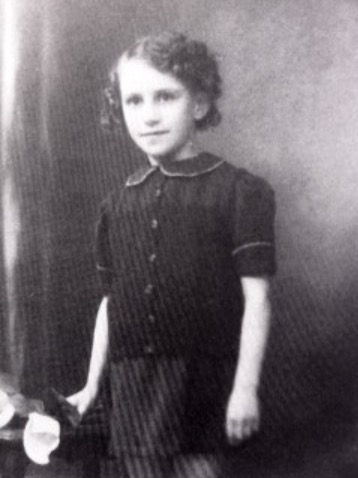 30 March 1934 | French Jewish girl Fanny Brukner was born in Paris. She arrived at #Auschwitz on 19 august 1942 in a transport of 997 Jews deported from Drancy. She was among 897 people murdered in gas chambers immediately after the selection.