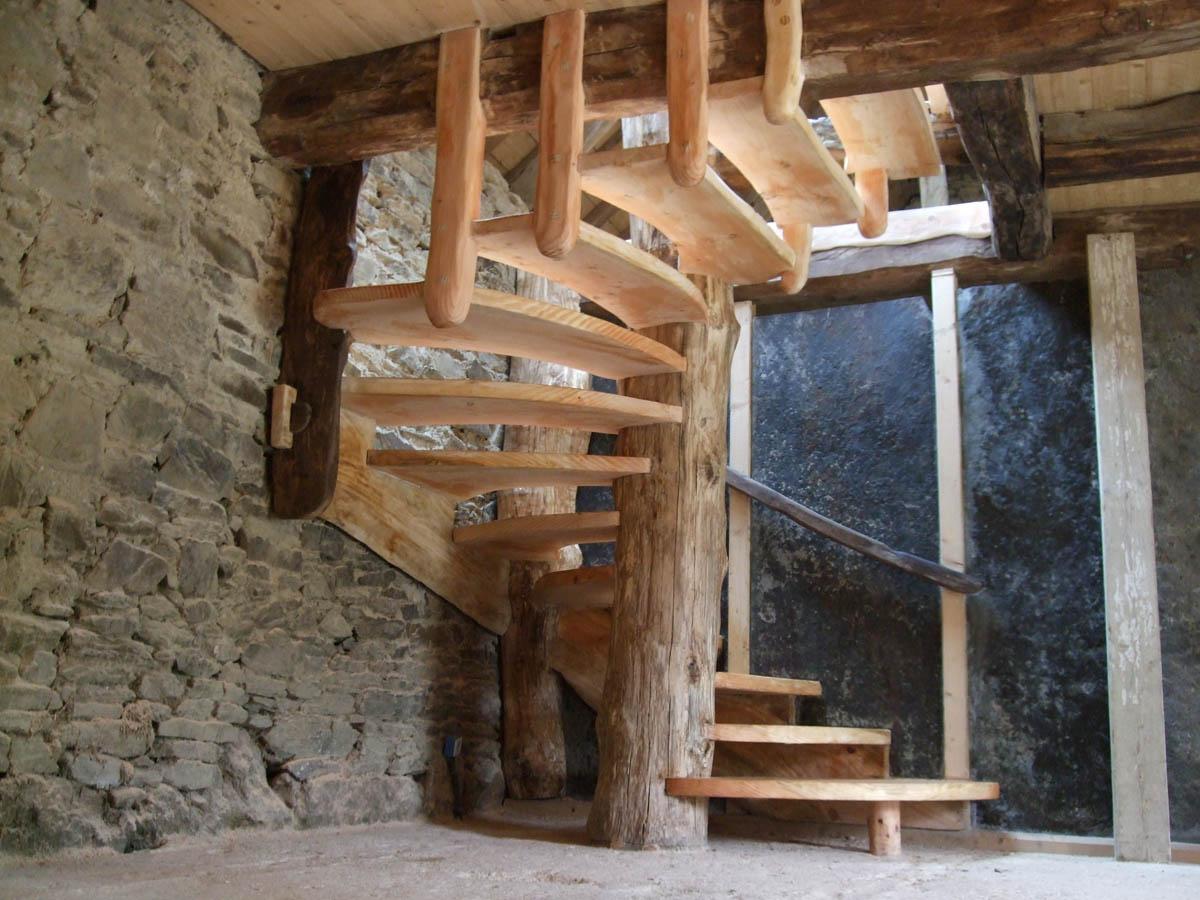 🌲Escalier organique Douglas et chêne.🌳  Réalisé en 2010. Souvenir avec François Laxenaire 😉👍  #corpsdeferme #oldhouse #patrimoine #escalier #bois #wood #chene #charpente #menuiserie #architecture #creation #unique #stairs #organique #nature #bretagne