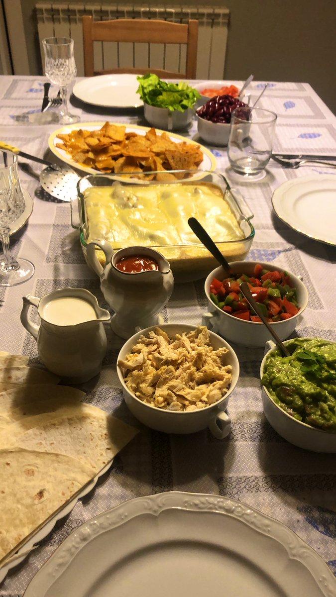 Hoy ha tocado noche mexicana y he cocinado yo. Enchiladas, tacos y nachos con guacamole y queso. pic.twitter.com/o1GoiBccTn