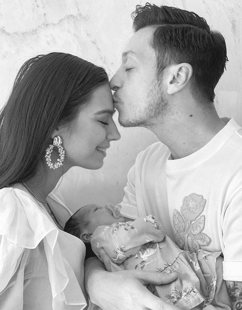 """Şükürler olsun ki kızımız """"Eda"""" sağlıklı bir şekilde dünyaya geldi👨👩👧❤️ Rabbim bize, çevresine ve bütün insanlığa hayırlı bir evlat olmasını nasip eder inşallah, AMİN🤲🏻 Amine & Mesut Özil🇹🇷🧿🤲🏻"""