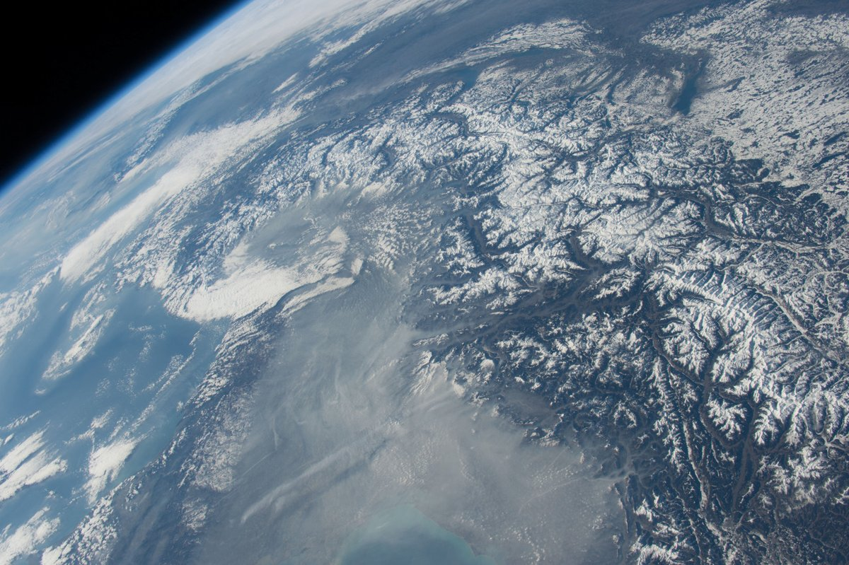 Finally a great shot of the Alps, one of the best places on #Earth. #Europe #SpacePhotograph #AstronautPhotography #BeatCovidTogetherpic.twitter.com/acPa86szrm