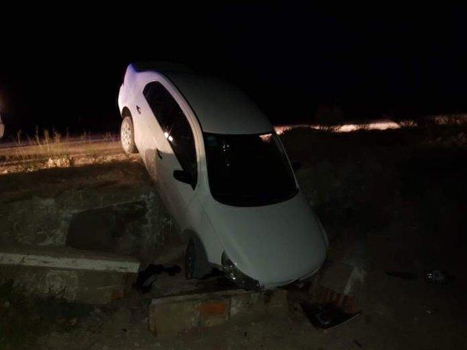 #Bernasconi | Salieron a divertirse y terminaron con el automóvil en un zanjón y detenidos por violar la cuarentena