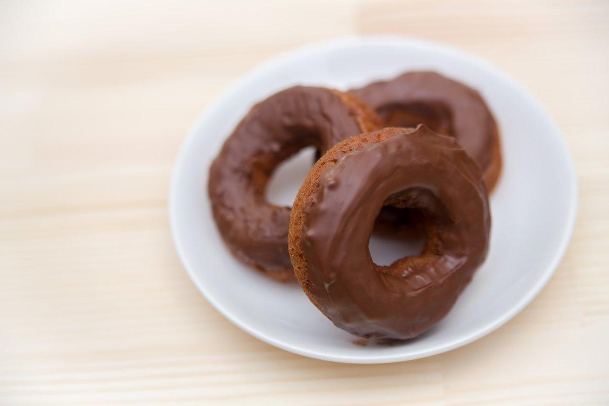【美容プチ情報】 チョコレートを1日25g、4週間食べ続けると、 便通及び腸内細菌叢が改善するそう。 またアーモンドを1日に28g・8週間摂取することで肌の水分量が増加し、老化防止効果が。 チョコとアーモンド適量に食べる事で腸内が綺麗になるそうです! #ゆるゆるミカン #ナッツ #チョコ pic.twitter.com/2tKAbBGEip