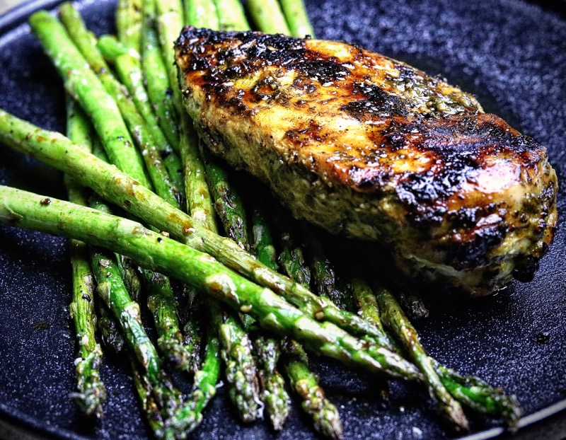 Grilled cilantro lime marinated chicken breast with grilled garlic asparagus. #BBQ #theaveragekitchen #foodphotography #Food #keto #YouTube #canonphotographypic.twitter.com/bD8Brh1Wek