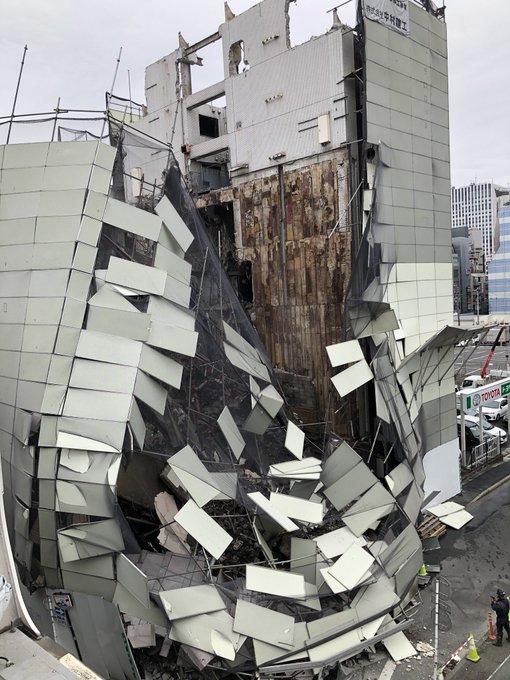 横浜市西区南幸のビルが倒壊している事故現場の画像