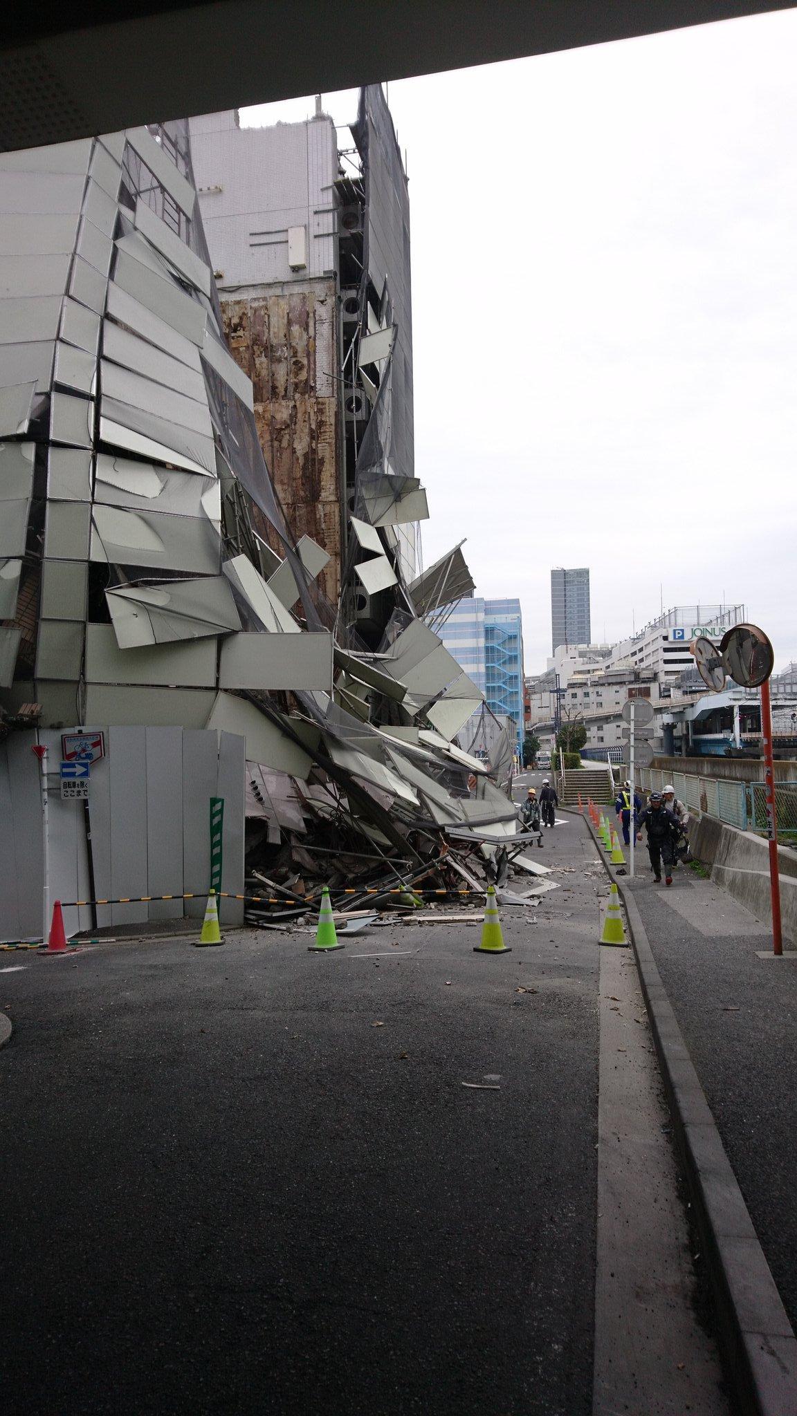 横浜駅西口付近のビルが倒壊している画像