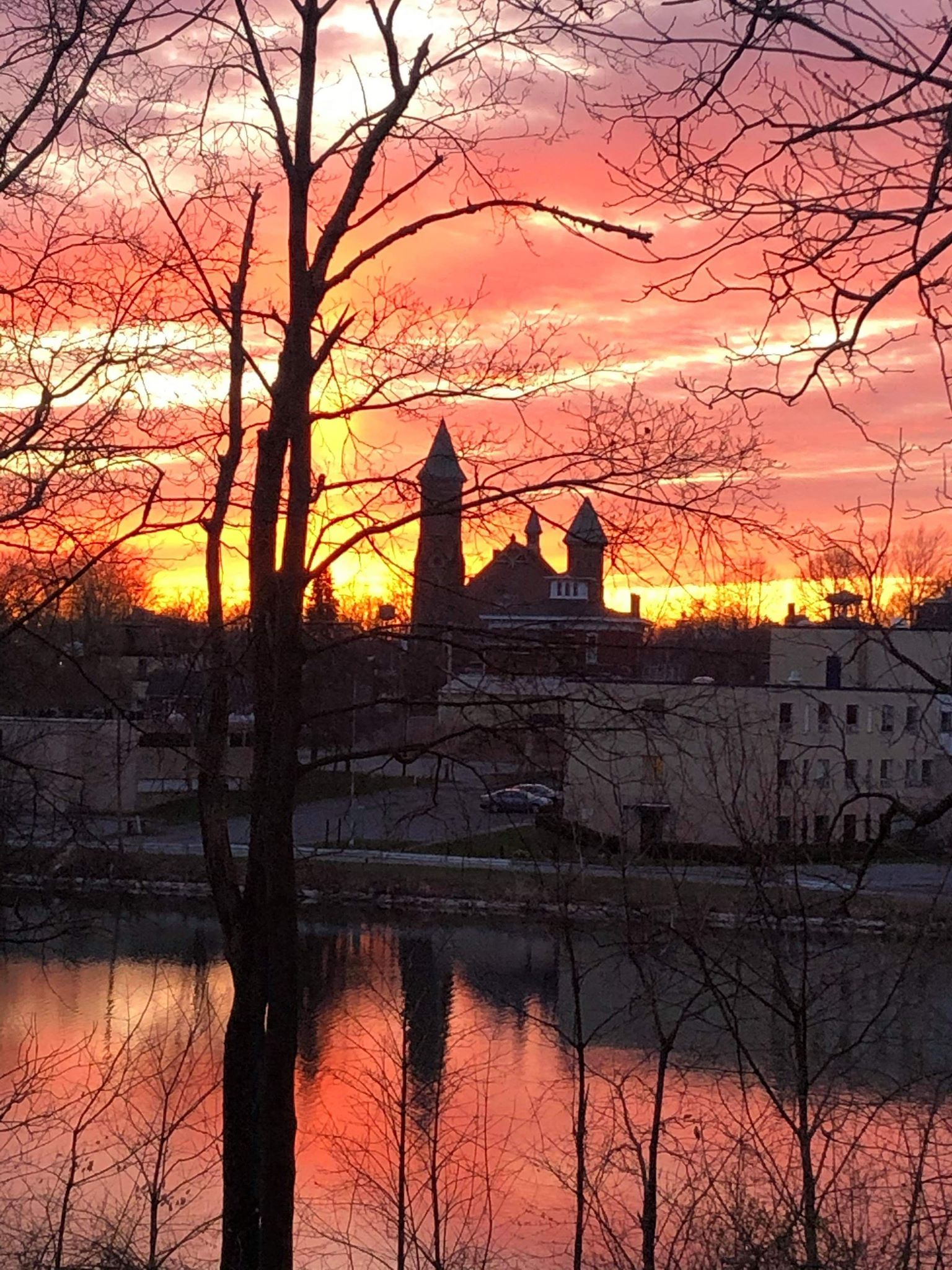 Peaceful sunset over the canal in Seneca Falls (photo)