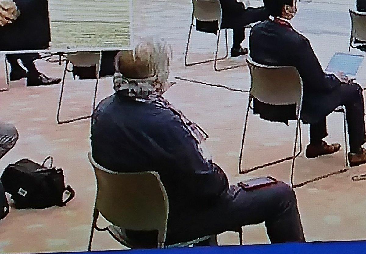 総理会見で、ゴネて最後に質問(結局、真似してもう一人も質問)した、名も名乗らぬイタリアの記者。安倍総理の方針を「一か八か。失敗したらどう責任を」とか「総理と尾身氏だけマスクしないのは?(ピント外れ、何も説明聞いてない)」。あの、ピオ・デミリア氏に見えるのだがね?