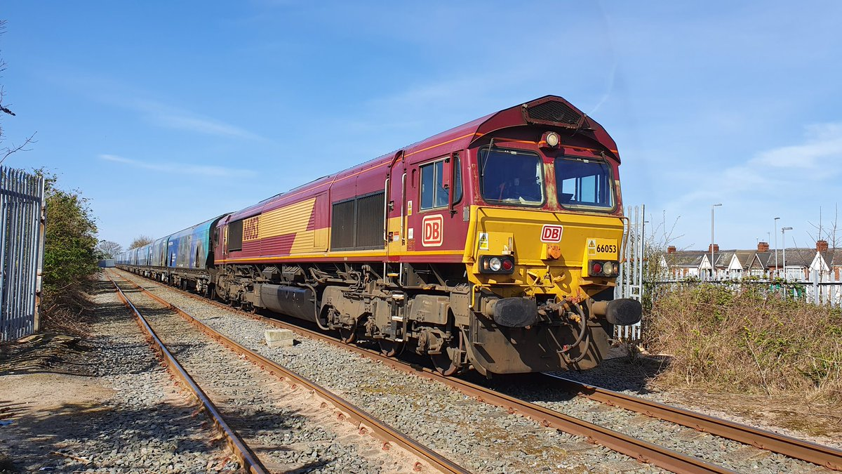 Hull again. @DBCargoUK 66053 this time after arrival at the security point. Collect radios and drop down to the load out. 4D88 1027 Milford-Hull bio LP #teamred #livingthedream #bestjobintheworld pic.twitter.com/TZDtiBGP7Y