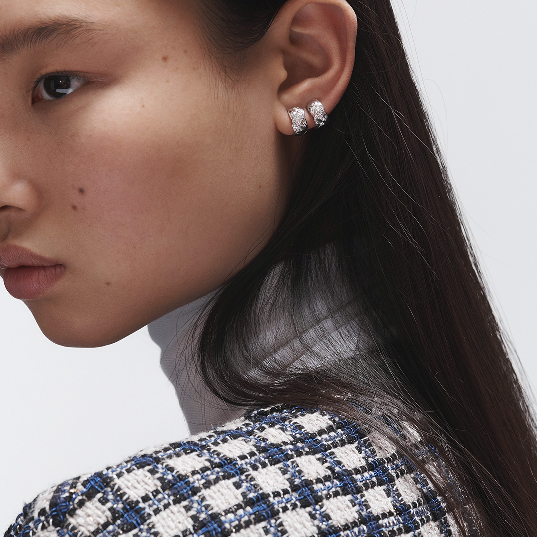 THE VOCABULARY OF STYLE. One earring on each side, two identical earrings worn on the left, a single earring on the right...there are endless ways to wear your COCO CRUSH earrings.  #CHANELFineJewelry  #COCOCRUSH Discover on https://t.co/XS2lRFJTOu https://t.co/2X4kgNMhrx
