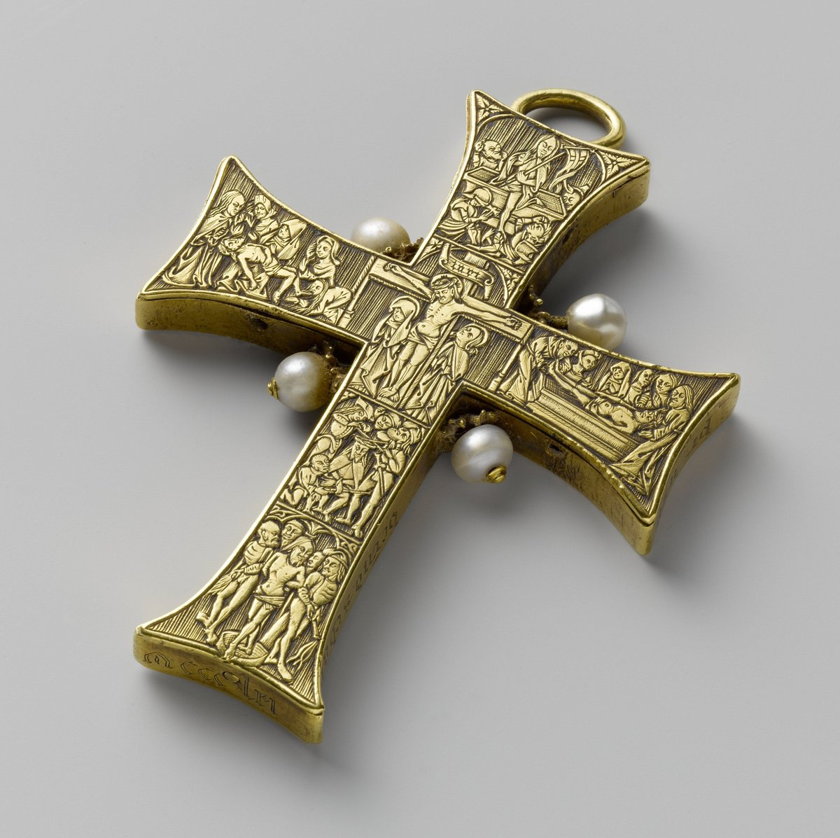 """Here's a stunning pectoral cross c.1480, it probably belonged to a German cleric. Later it was owned by 11 times mayor of #Amsterdam Gerard Schaep, d.1666. On the basis of the engraved """"Bernd Schaph"""", he mistakenly believed that he had an ancestor's cross. pic.twitter.com/lPpVNPgSYj"""
