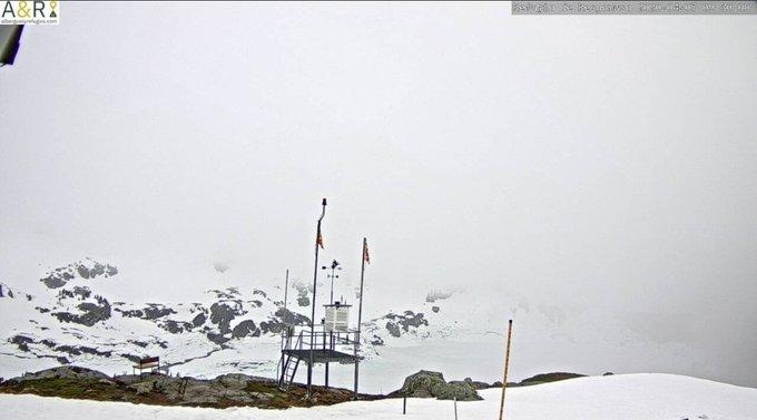 Buenas. Seguimos con mucha nubosidad en el valle y poca visibilidad en zonas altas. 8.1mm han caído en #Respomuso de 🌧-❄, parece que ha caído más lluvia que otra cosa. 128cm de espesor. #Bachimaña https://t.co/7YTZpFzIjA