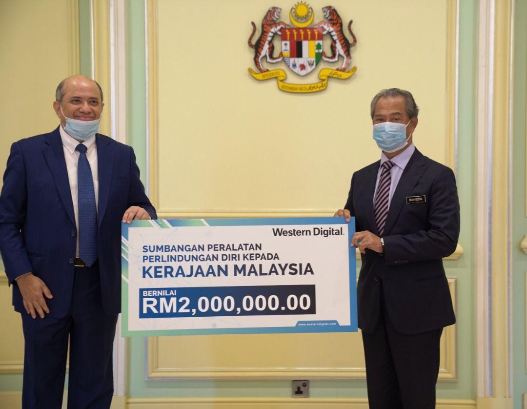 YAB Perdana Menteri, Tan Sri Muhyiddin Yassin,  hari ini menerima sumbangan RM4 juta daripada tiga syarikat untuk Tabung COVID-19 di pejabatnya di Putrajaya.  https://t.co/4QQuPr5hX1 https://t.co/wqR56CG37K