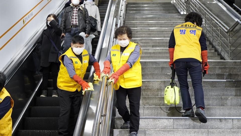 Starting on April 1, Seoul subways (Lines 1-9) will operate only until midnight as the intensity of work related to disinfection and maintenance of subways has been 14 times stronger than the usual.  #ISeoulU #Seoul pic.twitter.com/3AhrdULSwu