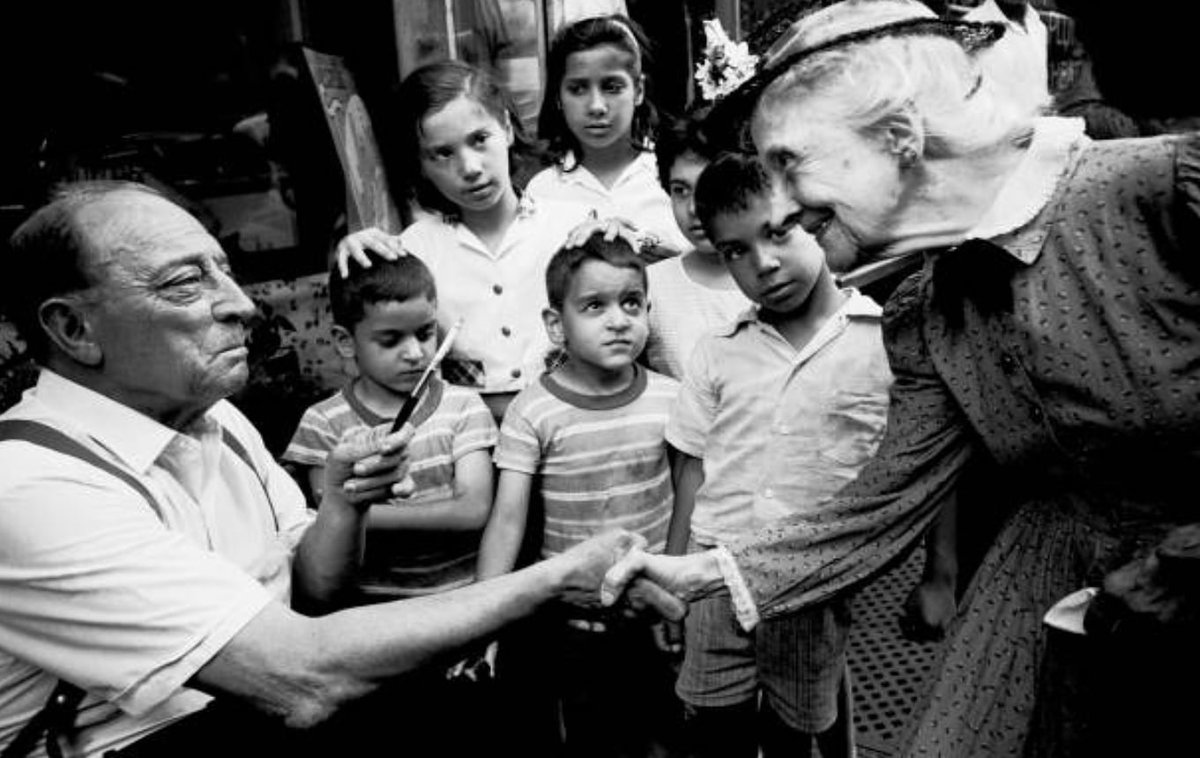 #BusterKeaton meets FILM co-starred Nell Harrison on the set in NYC, July 1964. Photo by Steve Schapiro.   #SamuelBeckett #shortfilm #film #BusterLovepic.twitter.com/j2romkfREV