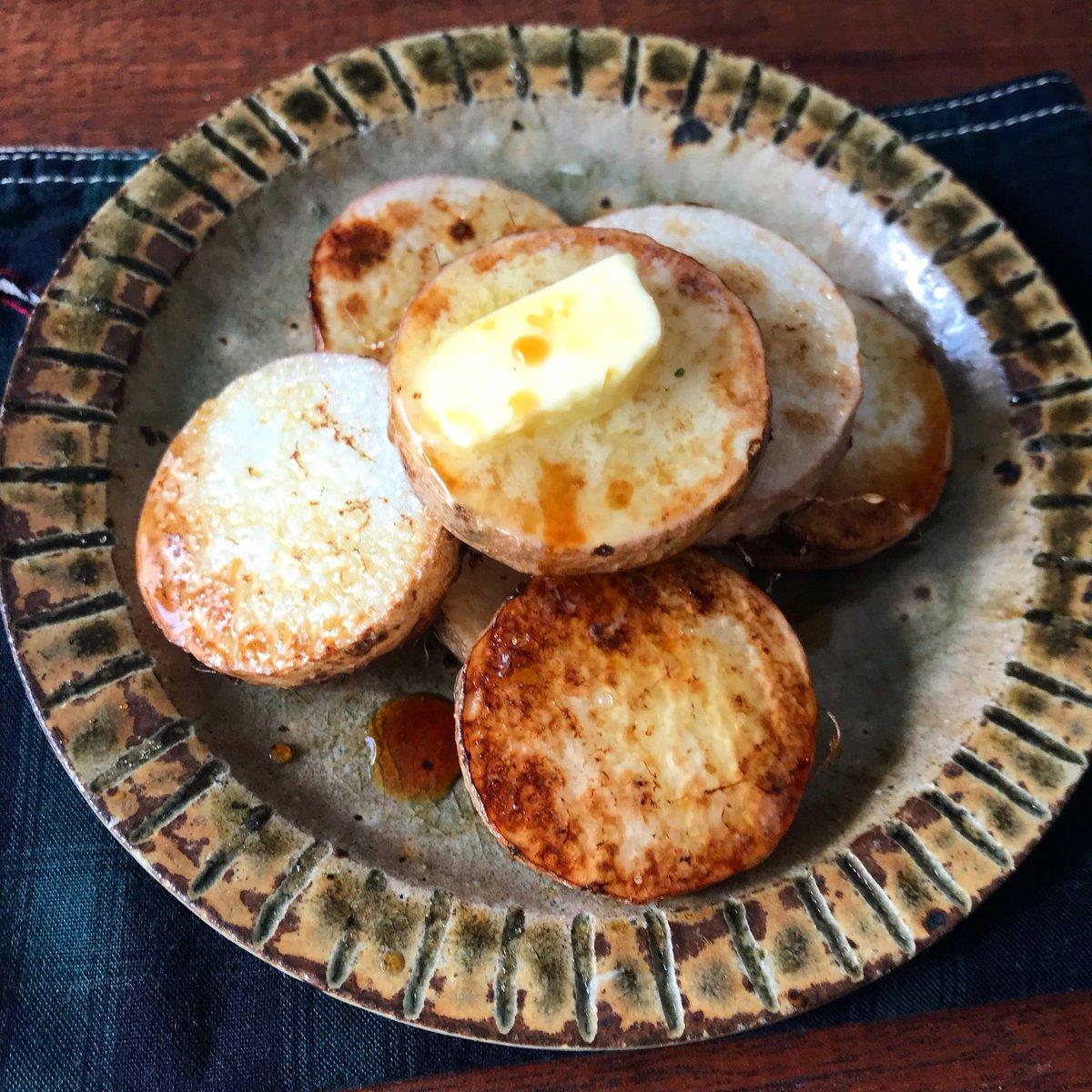 野菜不足の方、春休み、給食なくて困っている方に大好きなだししょうゆを全力でお勧めしたい。茹でたオクラ、焼いたナス…かけるだけで1品できます!【長芋のだししょうゆバター】長芋を皮ごと輪切りにして油で焼き、バター乗せてだししょうゆかけるだけ皮が香ばしくて絶品です‼️