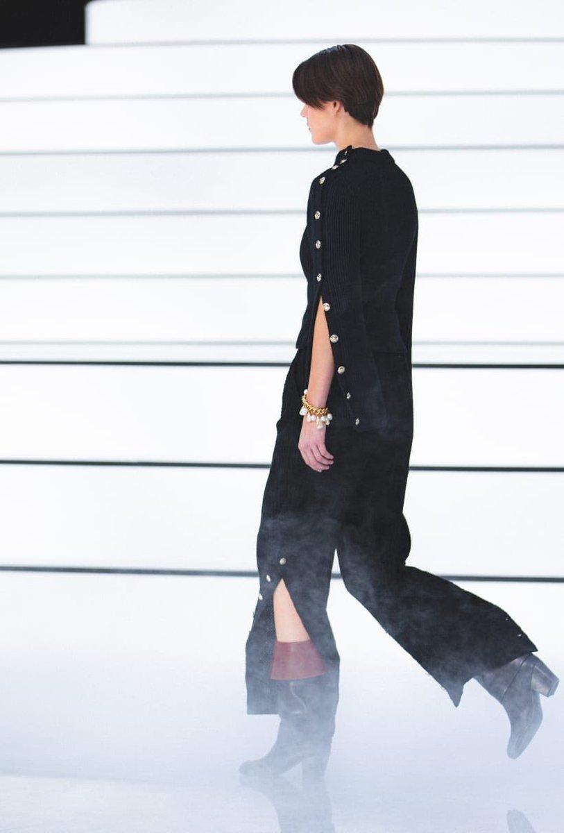 Zoom sur les passages du défilé de la collection #CHANEL prêt-à-porter automne-hiver 2020/21, imaginée par #VirginieViard #ChanelFallWinter #FallCollection  http://espridegabrielle.com L'héritage de Coco Chanel #espritdegabriellepic.twitter.com/BW4hLDV1eo
