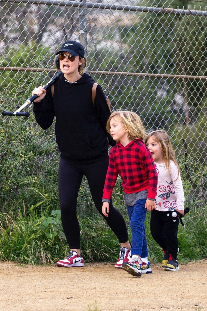 Olivia Wilde with her kids to a local park in Los Angeles, California 2020/03/26 https://www.celebskart.com/olivia-wilde-with-her-kids-to-a-local-park-in-los-angeles-california-2020-03-26/…pic.twitter.com/eqawX2neyG