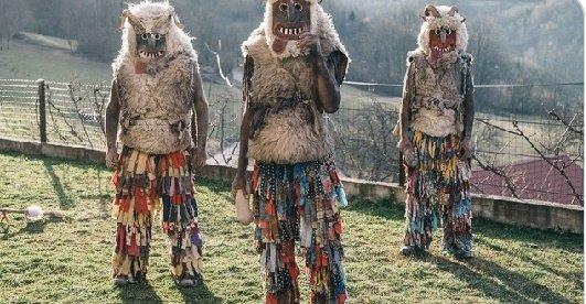 En Slovénie, le port du #masque est obligatoire ! Les hommes célibataires enfilent de somptueux masques et costumes cousus pour faire fuir les derniers fantômes de l'hiver et laisser place au printemps. pic.twitter.com/gAJJpgOtOZ